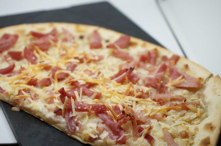 Pizza de nata y bacon -  Pizza de nata y bacon, una pizza que está muy rica, en casa nos gusta mucho, es muy parecida a la carbonara, pero esta no lleva huevo. Es una salsa cremosa y con un sabor delicioso. Como podéis ver en la receta su preparación es muy sencilla. Para esta pizza lo mejor es poner una base de masa... - http://www.lasrecetascocina.com/pizza-de-nata-y-bacon/