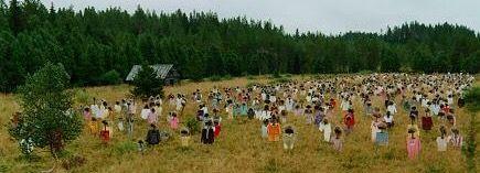 Hiljainen kansa - maataideteos Suomussalmella, taiteilija Reijo Kela 1994. Meistä jokainen on tässä, me olemme hiljainen kansa, kun katsot kuvaa, katsot itseäsi.