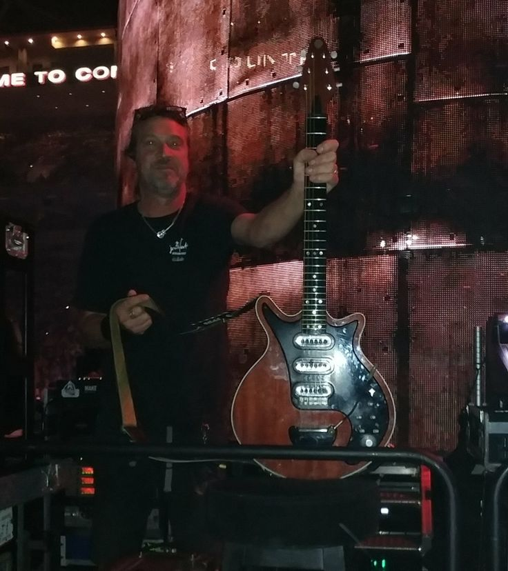 I went to a Queen concert and had the pleasure of getting up close and personal with Brian May's Red Special!