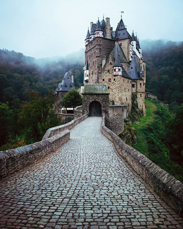 Castle Eltz  A real artwork ✨ _________________________________________________ #eifelwanderer#eifel#germany#nature#naturelover#naturegram#wanderlust#canon760d#deutschland#explore#eifelexplorers#forest#wald#deinNRW#landscape_focus_on#divine_forest#ig_countryside#burg#castle#wekeepmoments#weroamgermany#vzcomood#ourgermany #countryliving#aov#castleeltz ####