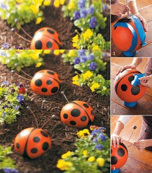 une boule de bowling transformée en coccinelle décorative