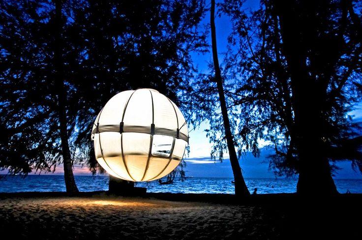 Parádní ložnice zavěšená na stromě se ukrývá v obří kouli. Francouzský návrhář Berni Du Payrat vymyslel jednoduchý, ale velmi atraktivní způsob bydlení na pláži. Spací kokon může stát na zemi nebo ho lze zavěsit na okolní palmy. Plážová postel dostala jméno Cocoon Tree Bed.
