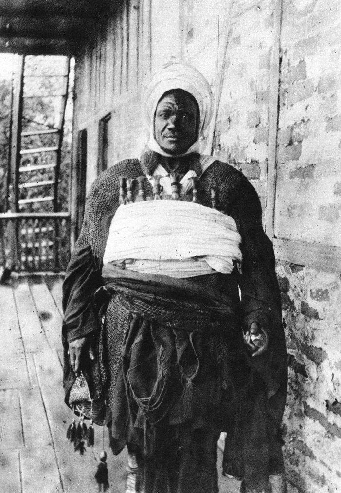 Africa | Bamum chief, Cameroon. ca. 1910 - 1920 | ©Anna Wuhrmann