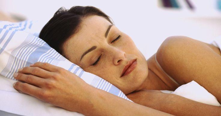 La mejor almohada ortopédica o ergonómica para dormir de costado. Encontrar la almohada adecuada para apoyar la cabeza evitará el dolor de cuello y de espalda que se siente al despertarte por la mañana. En lugar de buscar una marca específica de almohada ortopédica o ergonómica, busca las características que una almohada debe tener para dormir de costado. Si conoces el tipo de almohada, su densidad, su forma y ...