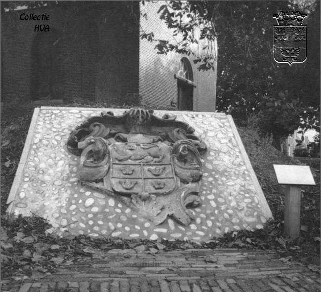 Fragment uit de kroonlijst van het woonhuis van ambachtsheer Van den BrandeOp initiatief van de Historische Vereniging Arnemuiden is het gedeelte uit de kroonlijst met het wapen van Van den Brande bij de Hervormde Kerk van Kleverskerke geplaatst. Van den Brande was namelijk de ambachtsheer van Kleverskerke.