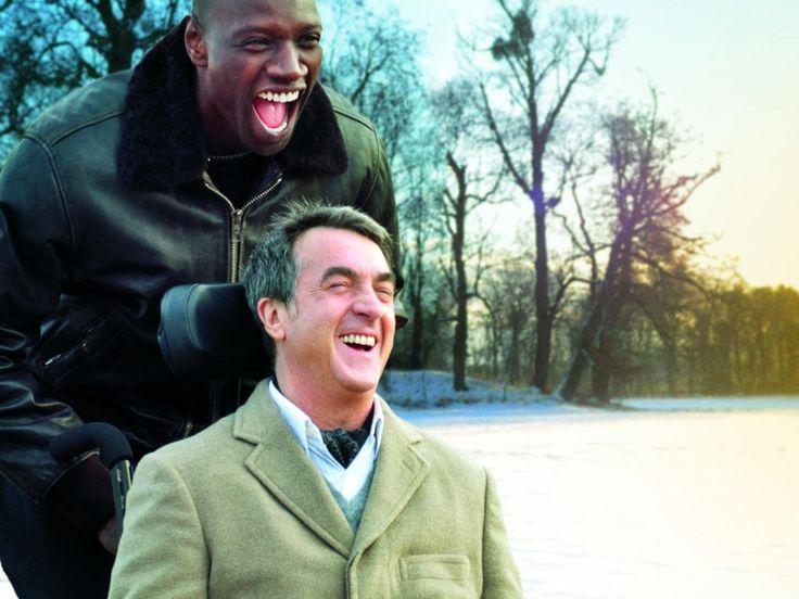 """Ein Film, bei dem ganz platt gesagt, das Herz aufgeht, ehrlich. Und dabei klingt die Story von """"Ziemlich beste Freunde"""" nach schwerer Kost, die dann aber heiter erzählt ganz luftig-leicht daherkommt:Der reiche Philippe ist seit einem Unfall gelähmt und stellt als Pflegekraft den vorbestraften Driss ein, der eigentlich keine große Lust auf den Job hat. Doch dann entwickelt sich zwischen den beiden vom Leben gebeutelten Männern eine Art Freundschaft. Hinreißend!""""Ziemlich beste Freunde"""" von…"""