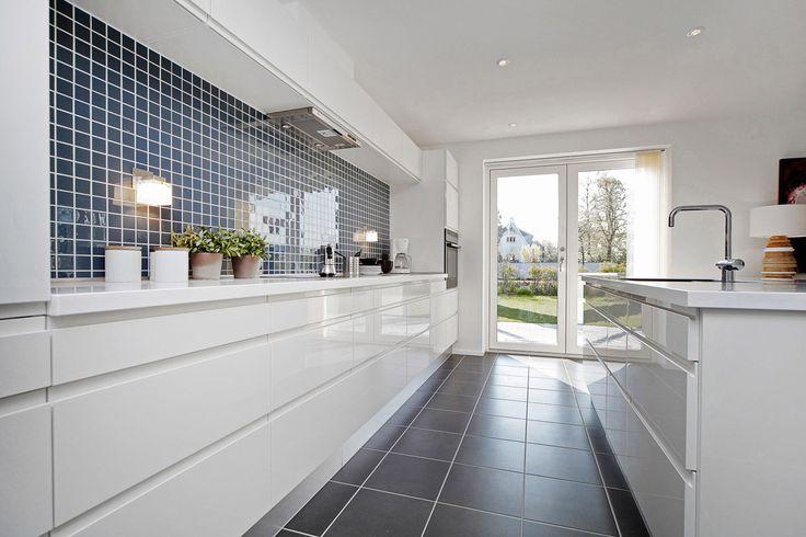 Lyst og lækkert køkken med direkte adgang til terrassen