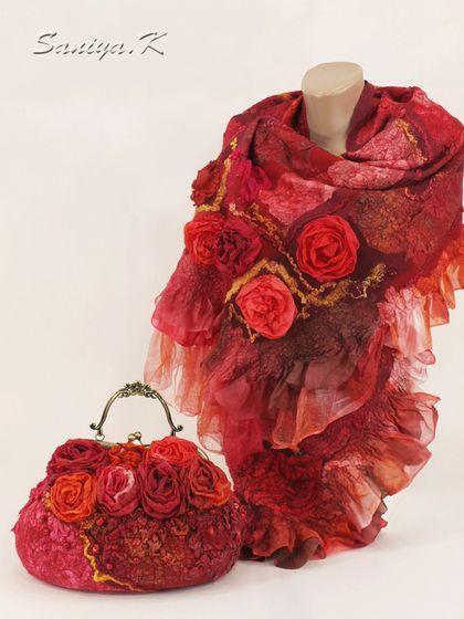 Сумка & шарф `Shanty` подарок красные. Сумка сваляна из шерсти в технике 'нуно-войлок' в красных тонах: к шерсти привалян натуральный шелк, шелковые розы, нити сари, шелковые волокна. Расшита бусинами из коралла.     Закрывается на рамочный замок (фермуар) с металлической ручкой.