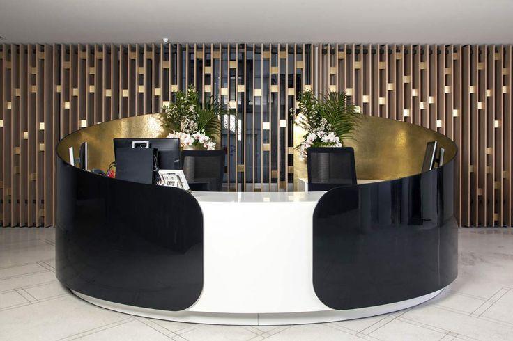 Réalisation d'une banque d'accueil en Solid Surface V-korr : la résine de synthèse V-korr est idéale pour le mobilier de bureau : tables, bureaux, accueil.