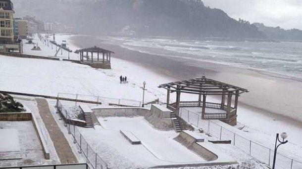 Nieve en Zarautz. Imagen: @Faylinn_Moda