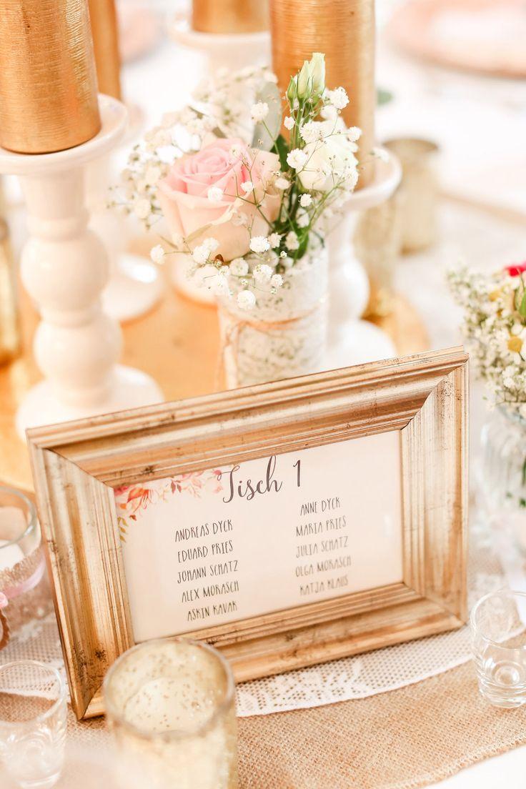 Tischnummer in einem goldenen Bilderrahmen bei der Hochzeitsfeier  Foto: Marco Hüther