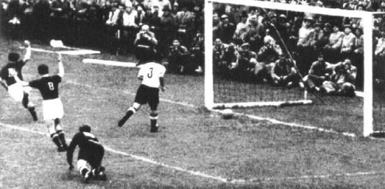 Final,Czibor scores and only after 8 minutes Hungary leads 2-0 against West Germany