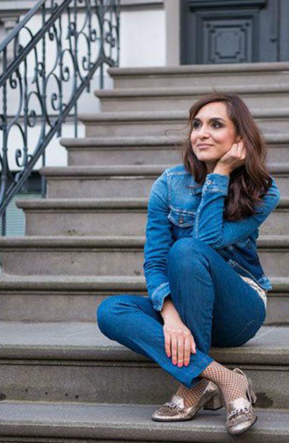 #Fishnettights #Netzstrumpfhose #Jeans #Denim #smokeyeyes #Trend Susanna träge eine trendy Denim-Kombination aus Jeanshose und Jeansjacke. Darunter trägt sie die ultra angesagten Fishnet-Tights. Diese sind im vergangenen Jahr salonfähig und alltagstauglich geworden. Ein echtes It-Piece zum Drunterziehen. Pumps im Metallic Look komplettieren den coolen Look.
