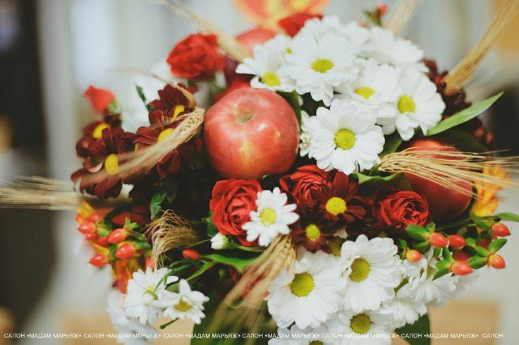 Букет из нежных ромашек, украшенный колосьями и яркими яблоками!