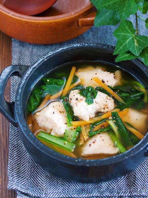 鶏むね肉は片栗粉を揉み込むので 柔らかもちもち食感に。 そして、自然にスープにとろみがつくのも嬉しい♡ 作り方は、とっても簡単で 鍋にスープを沸騰させ、鶏むね肉を弱火で2〜3分煮ます。 あとは、小松菜とにんじんを加えて サッと煮たら出来上がり♪ 粗挽き黒胡椒とごま油をふれば むね肉と野菜だけのヘルシーなスープでも 大満足の一品に( ´艸`)