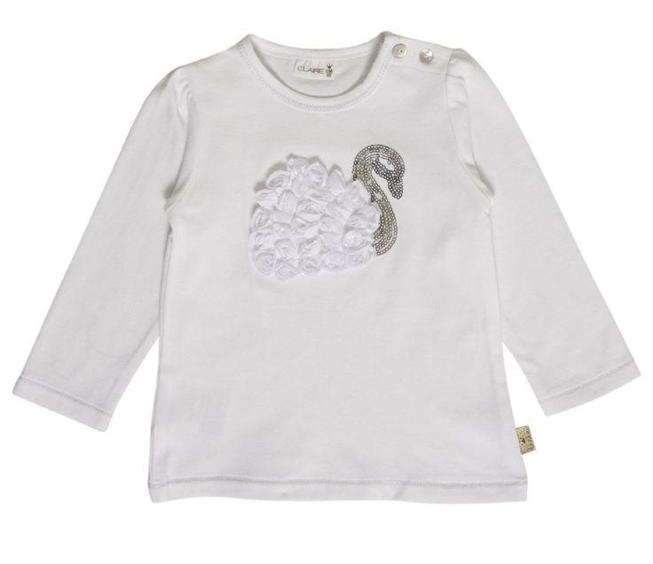 Meisjes tshirt zwaan van het kinderkleding merk Hust & Claire  Dit is een witte tshirt voorzien van een lange mouw, met knoopjes op de schouder De shirt heeft een zwaan vervaardigd met witte stof en zilveren pareltjes.