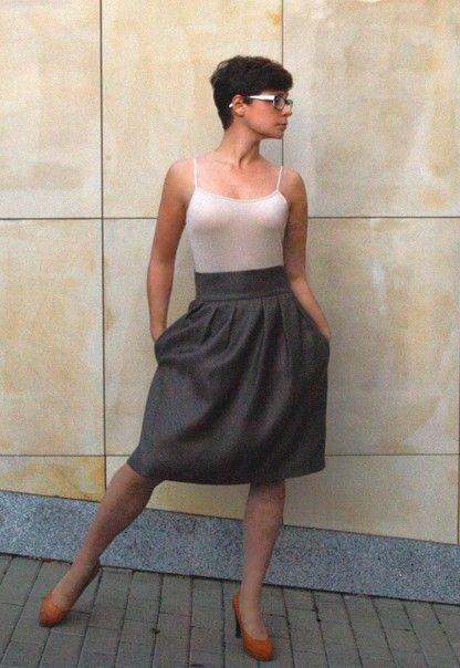 Spódnica z  zakładkami i  kieszonkami.  Wierzch - miękka  tkanina o fakturze…