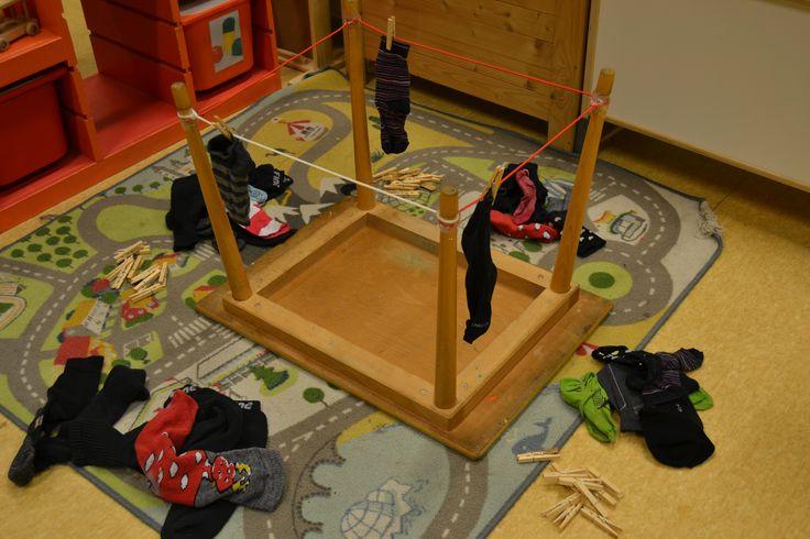 Hoekje voor fijne motoriek: Sokken ophangen met wasknijpers