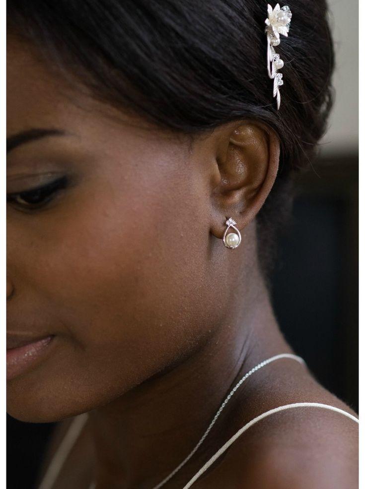 Des boucles d'oreilles simples et raffinées qui apporteront une petite touche discrète à votre parure de mariage.