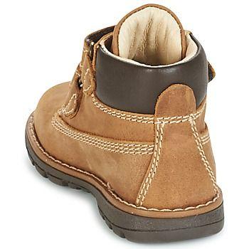 Todo armario que se precie debe tener un par de botas de Primigi. Aquí tienes el modelo Aspy 1 para que lo puedas admirar. Su color beige y su corte en piel la convierten en el modelo indispensable. Entre sus características, encontramos una suela de caucho. Tanto tú como tus hijos sucumbiréis ante este modelo. - Color : Miel - Zapatos Nino 62,50 €