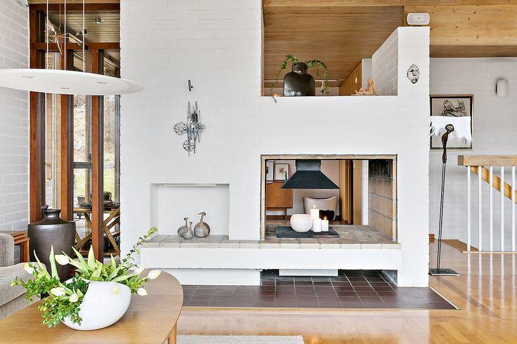 Snart säljer vi en stor arkitektritad villa med många bevarade originaldetaljer från 60-talet. Raka linjer och avskalad design kombineras med stora panoramafönster och öppen planlösning.  De härliga sällskapsytorna pryds av en häftig öppen spis med insyn från två håll. I huset finns 3 sovrum, badrum, gästtoalett, tvättstuga och bastu med tillhörande d...