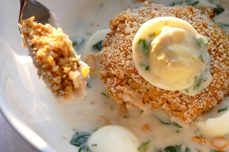 Croquettes de saumon sauce aux œufs - Ce repas est inspiré du fameux pâté aux saumon, mais en plus simple et plus santé. On peut faire congeler les croquettes, les passer directement au four et la sauce ne prendra alors plus que 10 minutes à réaliser. Futé !
