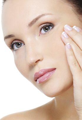 El medio ambiente y el clima pueden producir graves daños a tu rostro.  Prepara mascarillas naturales en casa y aclara tu rostro en tan solo minutos.
