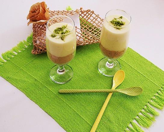 Verrine de Limão    200 g de biscoito Maizena   1 caixa de leite condensado   3 gemas   ¾ de xícara de suco de limão   Raspas de limão