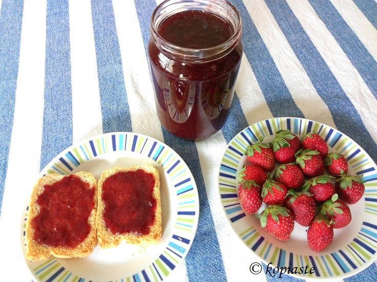 This is the easiest strawberry jam you can make and it tastes amazing! #strawberry_jam  #useful_tips. http://kopiaste.org/2008/04/strawberry-jam/ Έφτιαξα #Μαρμελάδα_φράουλας αυτή τη βδομάδα και επ' ευκαιρία ενημέρωσα την παλιά συνταγή μου με χρήσιμες #συμβουλές_τιπς. https://www.kopiaste.info/?p=295