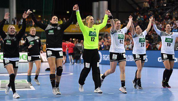 Die deutsche Mannschaft feiert ihren Sieg gegen Südkorea.