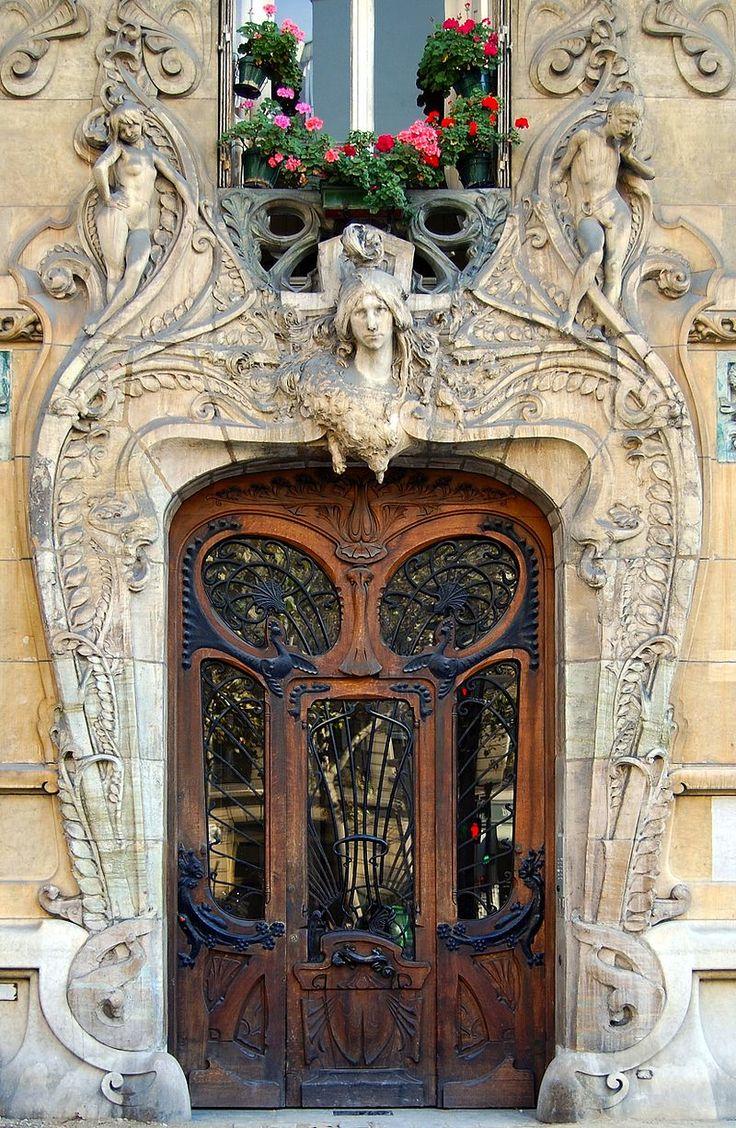 Jules Lavirotte. Entrée de l'immeuble Lavirotte au 29 avenue Rapp, à Paris.