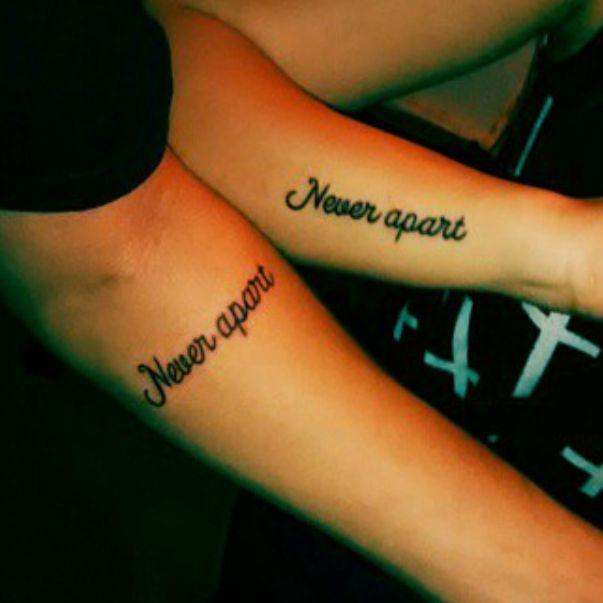 """Pequeños tatuajes coincidentes que dicen """"never apart"""", frase en inglés que en español signigica """"nunca separados"""", en el antebrazo."""
