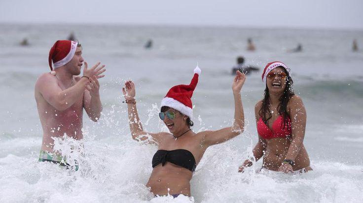 Australia, Natale in spiaggia tra sole, onde, bikini e surf