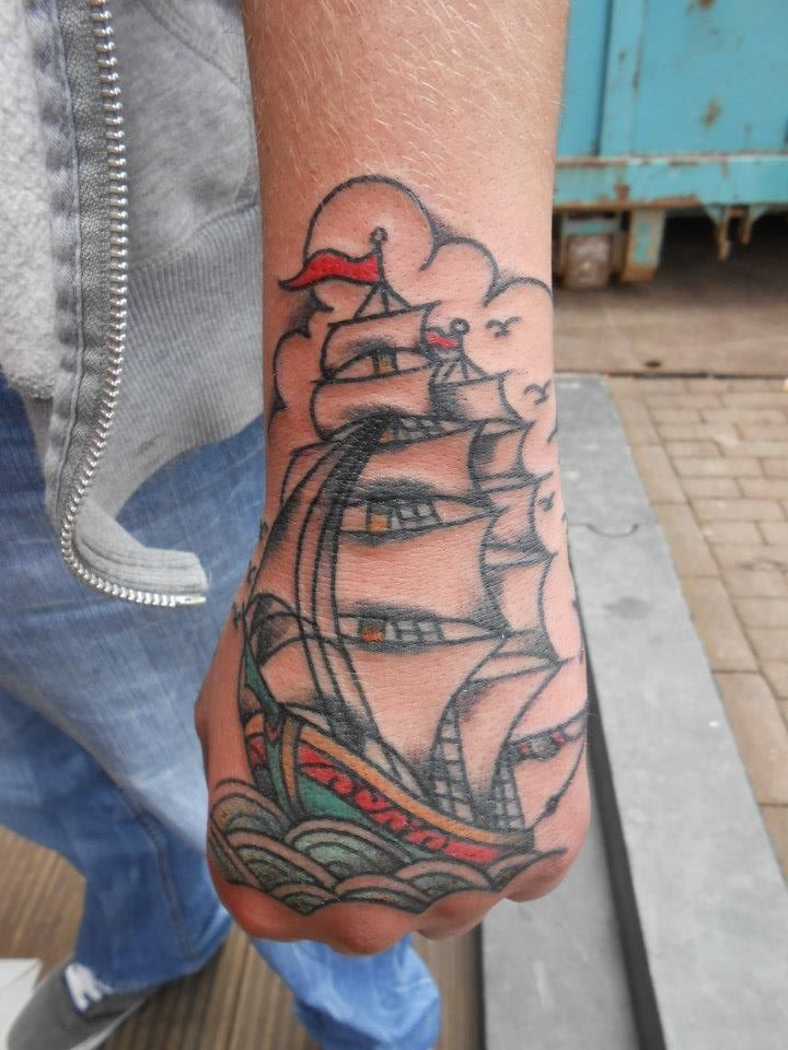 Old skool ship tattoo op hand