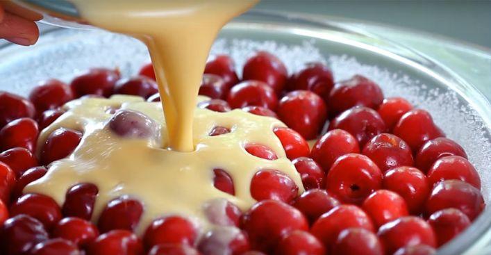 Восхитительный пирог с вишней! Очень прост в приготовление и фантастический на вкус.