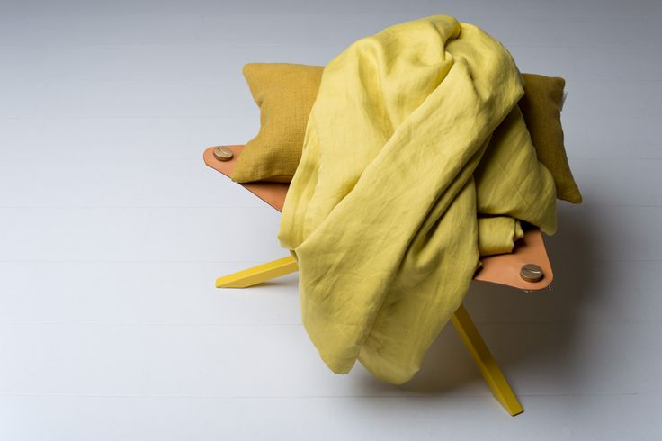 The perfect yellow Alba and a pillow in linen fabric Lecco from Astrid on a No Early Birds stool.