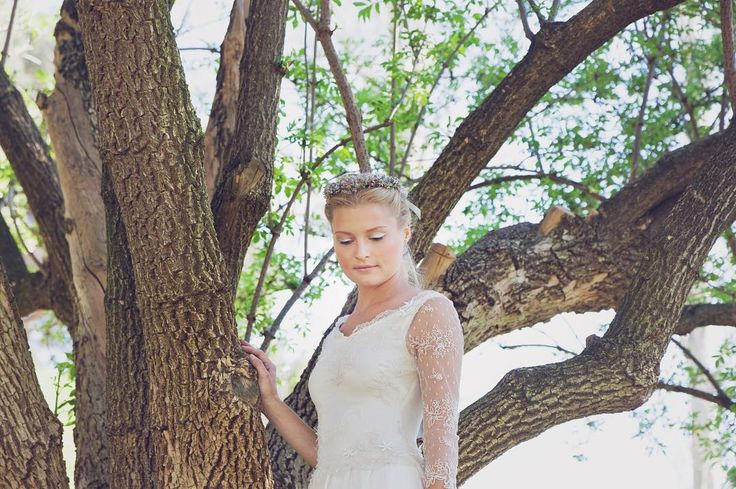 En este edito os mostramos una novia super �� con maquillaje y pelo ideal de @oui_novias , tiara de @apodemia artesanal y super fotos de @daguerrotipas ☀️☀️☀️ Feliz fin de semana!! #miguelcrespinovias #atelier #madrid #weddingdress #robedemariee #romantic #bride #beautiful #look #picture #weddingstyle #weddinginspo #natural #love #fashion #style #happy #weekend http://gelinshop.com/ipost/1518193587925135503/?code=BURtQZEjbCP
