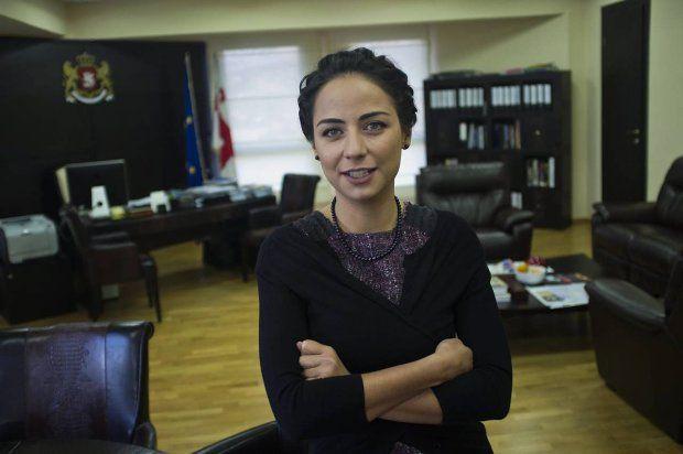 Vera Kobalia, gruzińska pani  minister: Gruzja ma sześć procent wzrostu w dobie kryzysu. Inwestorzy walą drzwiami i oknami. A ludzie i tak gadają tylko o tym, że tańczyłam na barze. Więcej: http://www.wysokieobcasy.pl/wysokie-obcasy/1,53662,11616988,Vera_Kobalia___calkiem_zielona_minister.html