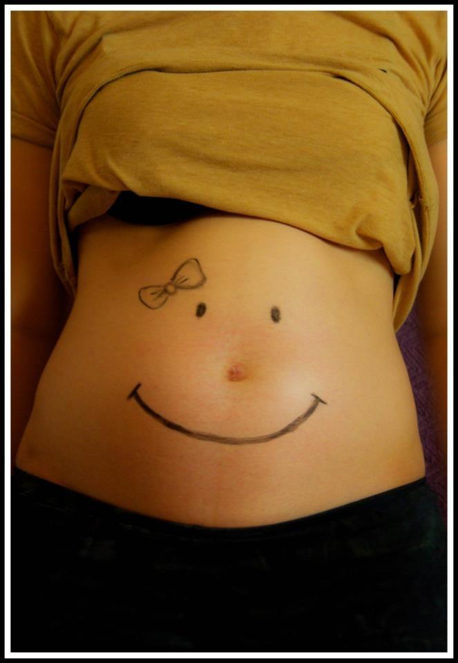 Sonriendo. Smilingly
