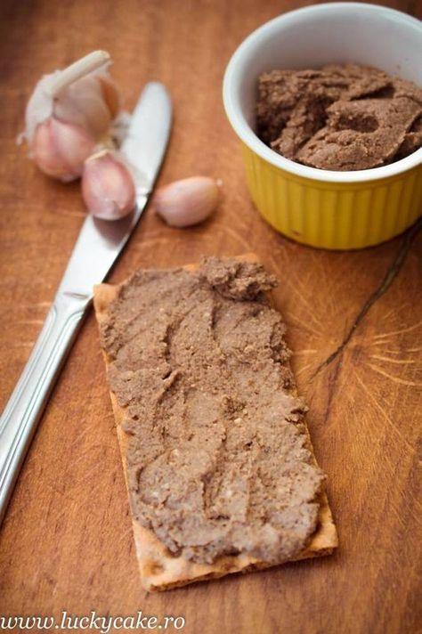 Pate vegetal din linte si ciuperci , un pate fin si aromat. Se serveste pe paine prajita, perfect pentru petrecerile in familie sau un mic dejun sanatos.