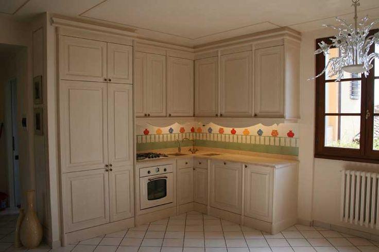 Cucina su misura con laccatura a pennello e invecchiatura --> http://ow.ly/SEq62