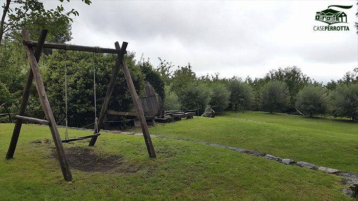 Il grande giardino con le antiche botti in castagno dell'agriturismo Case Perrotta d'autunno