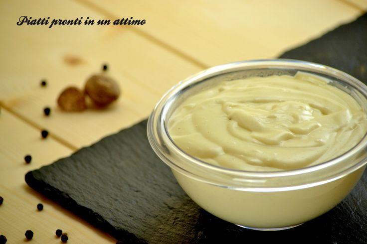 La besciamella è una salsa di base, originaria della cucina francese, utilizzata in moltissime ricette della cucina italiana e non solo.