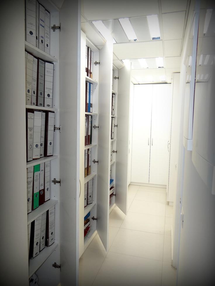 Pasillo closet para guardado general de carpetas. Puertas enchapadas en lamitech. Tiradores metálicos satinados.
