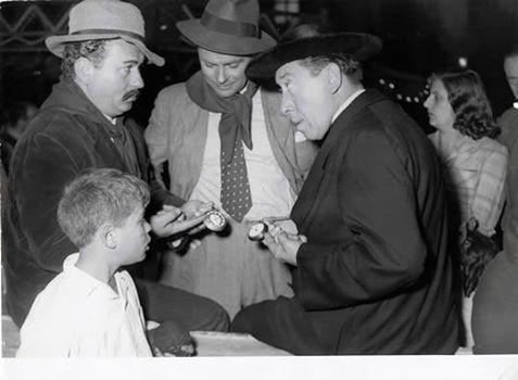 Fernandel ( Don Camillo ) et Gino Cervi ( Peppone ) règle leur montre pendant la pause du film, allusion au film.