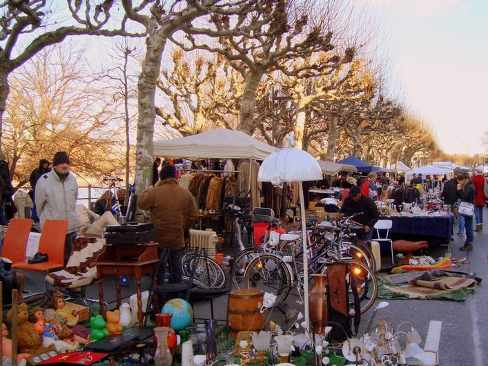 Franfurt's Saturday morning flea market at the shore of the river Main