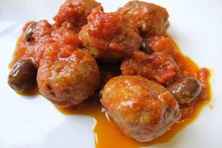 Polpette alla pizzaiola cotte con passata di pomodoro e olive nere perfette per un secondo piatto gustoso e saporito. Adatte ad ogni occasione.