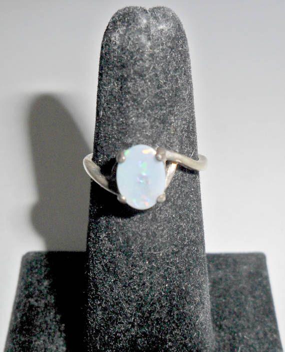 Schöne zierliche (ca. 1980er) Vintage Damen Sterling Silber echter Opal Triplet Ring mit gewellten Band gestempelt 925 auf der Innenseite der Ringschiene. Ring ist eine Damen Größe 5, nicht verstellbar, in sehr guter Vintage Zustand, kleinere Kratzer/schwere allgemeine Patina,