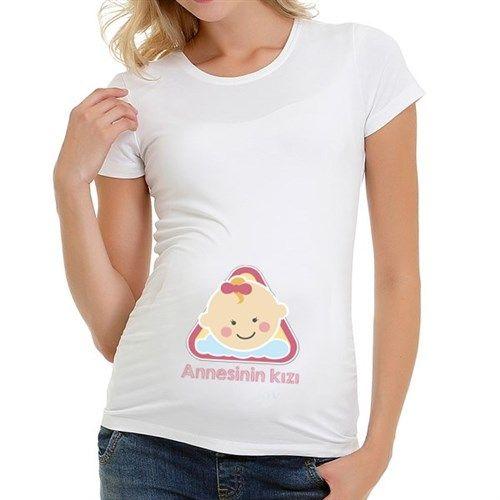 Kız bebek bekleyen ebeveynlerin favorisi olacak bu sevimli hamile tişörtü görülmeye değer. Tişörtün siyah ve beyaz olmak üzere iki renk alternatifi bulunmaktadır. Ürün detayları için aşağıdaki linki ziyaret edebilirsiniz.  http://www.buldumbuldum.com/hediye/annesinin-kizi-hamile-tisortu/