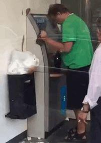 des gens qui retirent au distributeur de façon bizarre 2Tout2Rien